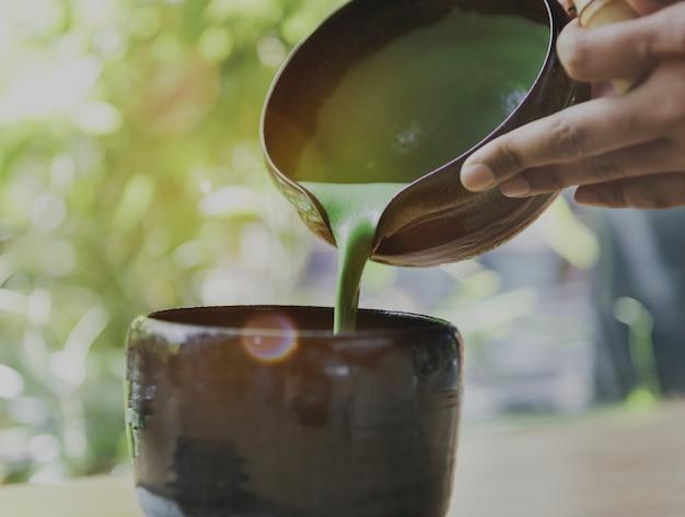 Thé aromatique boisson fraîcheur maccha verser concept Photo gratuit