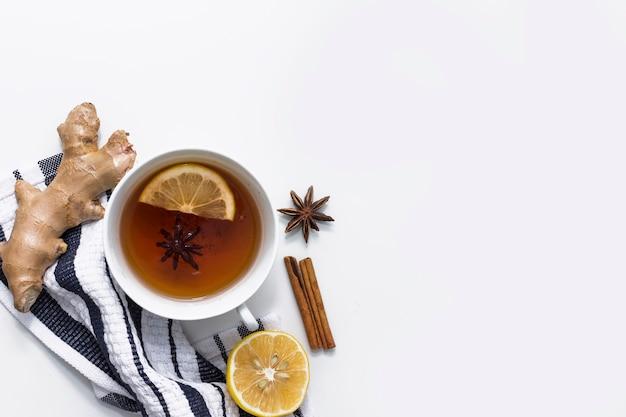Thé Au Citron Avec Des épices Sur Un Tissu Rayé Photo gratuit