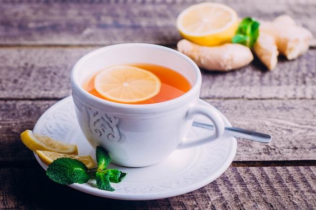 Thé au citron avec gingembre et menthe Photo Premium