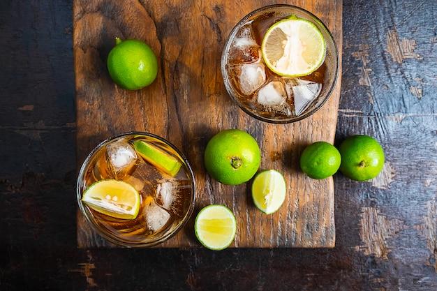 Thé au citron glacé et citron sur une table en bois Photo Premium