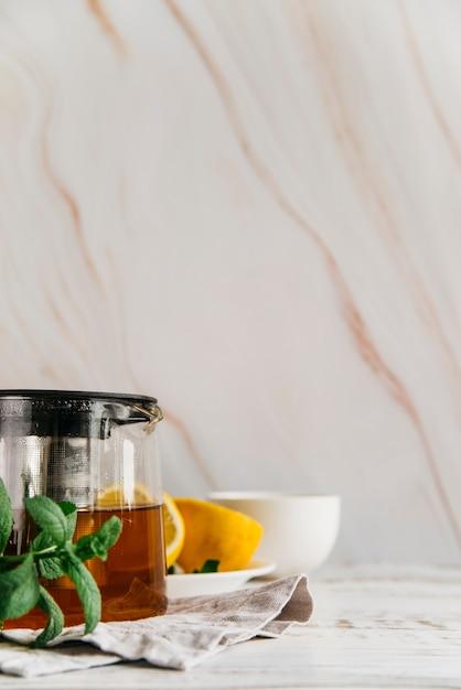 Thé Au Citron Avec Des Herbes à La Menthe Sur Fond Texturé Photo gratuit
