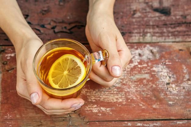 Thé au citron mains. Photo Premium
