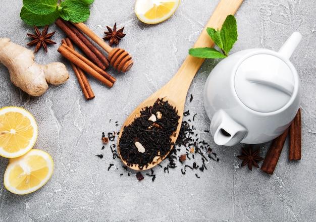 Thé au citron, menthe, cannelle et gingembre Photo Premium