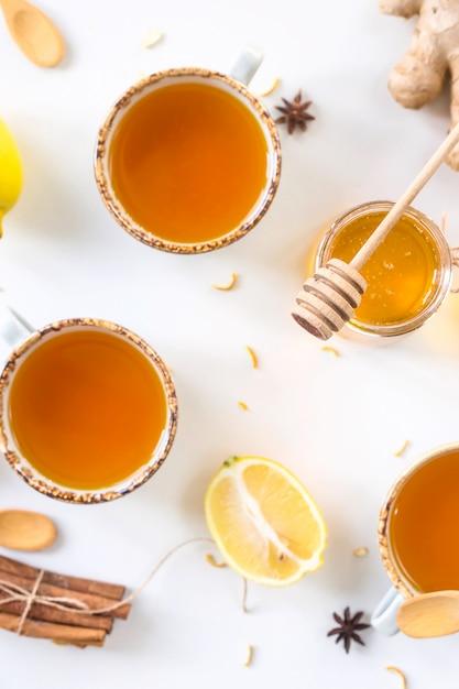 Thé au curcuma parmi les produits Photo Premium