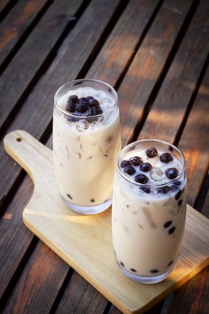 Thé au lait à bulles en verre. boisson à la mode en asie. boisson sucrée au tapioca. Photo Premium