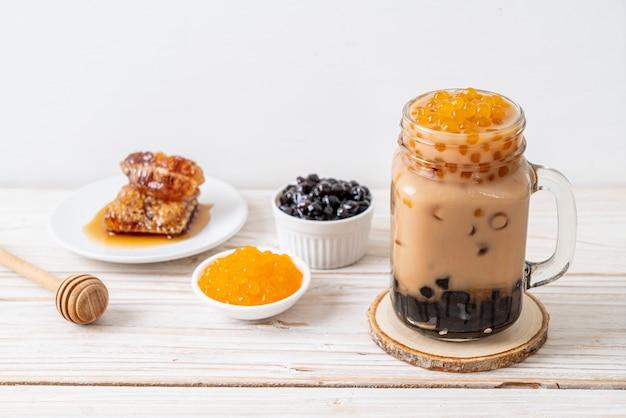 Thé Au Lait De Taiwan Avec Bulle Sur Table En Bois Photo Premium