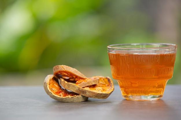 Thé Aux Fruits De Bael Chaud Et Sec Dans Une Tasse à Base De Plantes Thaïlandaise Photo gratuit