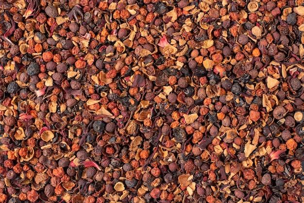 Thé aux fruits de fond de nourriture. rose sauvage, rowan, aubépine, fleurs, hibiscus, myrtille, pomme. Photo Premium