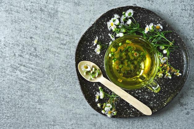 Thé à la camomille fraîche. boisson de désintoxication à base de plantes. keto tea keto diet. Photo Premium