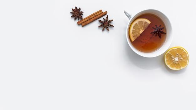 Thé chaud au citron et épices à côté Photo gratuit