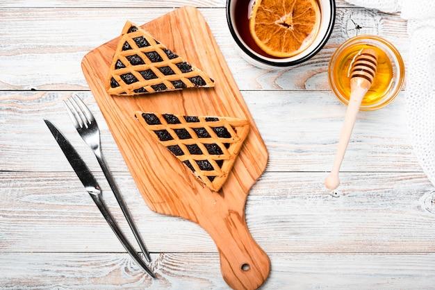 Thé chaud à l'orange et tarte Photo gratuit