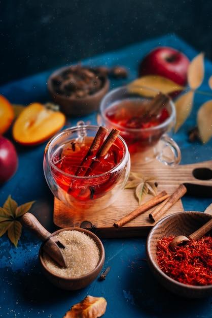 Thé Chaud Rouge Dans Des Tasses En Verre Avec Des épices Photo Premium
