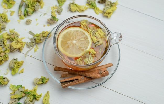 Thé Citronné Aux Herbes Séchées, Bâtons De Cannelle Dans Une Tasse Sur Une Surface En Bois, High Angle View. Photo gratuit