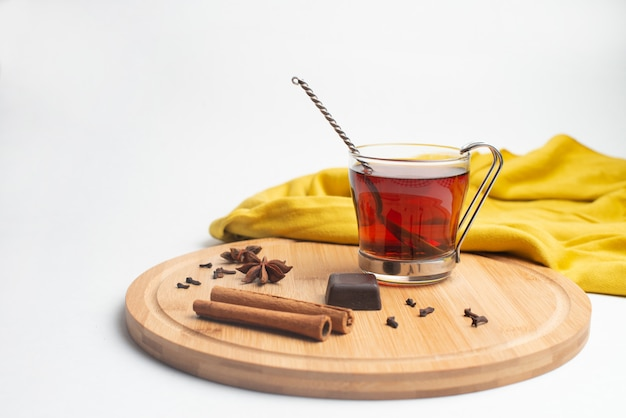 Thé avec confiture et chocolat au petit déjeuner Photo Premium