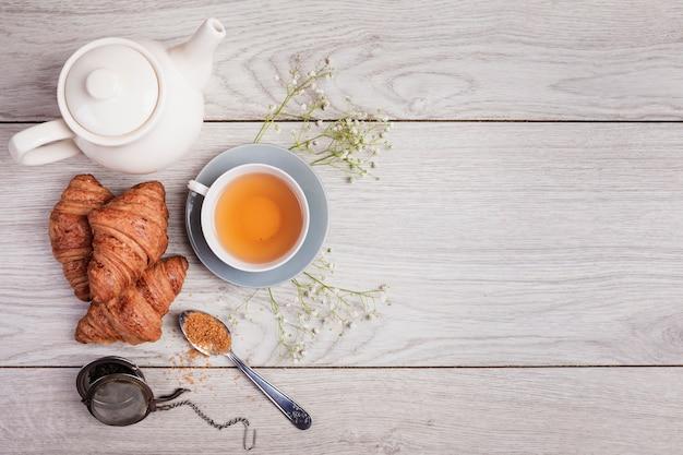 Thé et croissants dans l'espace de copie Photo gratuit