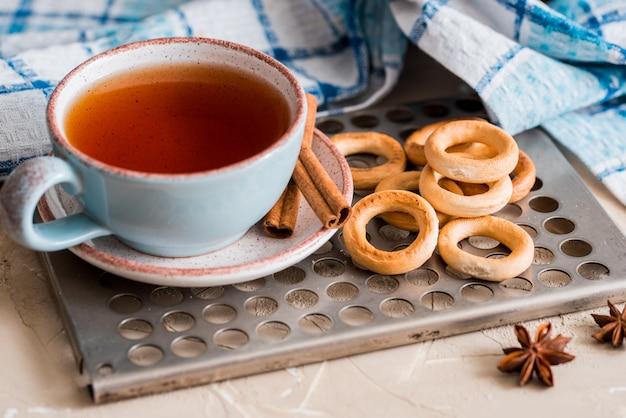 Thé Dans Une Tasse Bleue Avec Des Biscuits, Petit Déjeuner De Printemps Sur Un Plateau D'époque Photo Premium