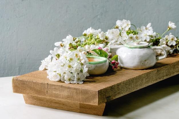 Thé dans une théière en céramique Photo Premium