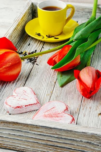 Thé Du Matin Et Tulipes Photo Premium
