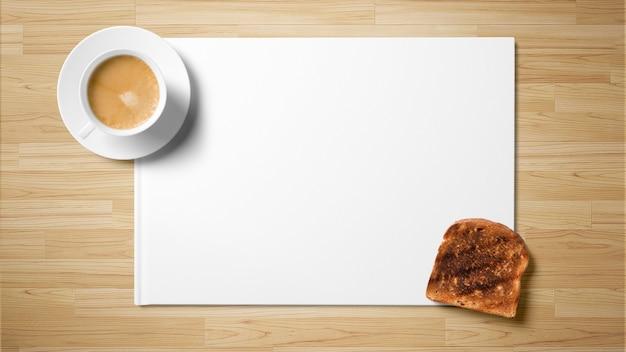 Thé avec du pain grillé sur du papier blanc sur fond en bois Photo Premium