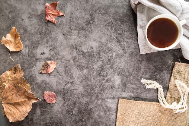 Thé et feuillage sec sur une surface minable Photo gratuit