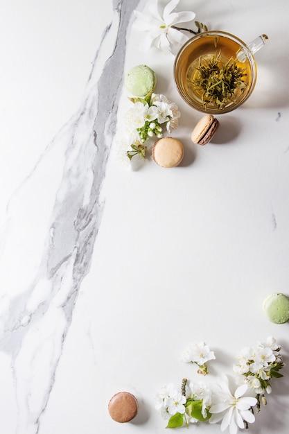 Thé avec des fleurs de printemps Photo Premium