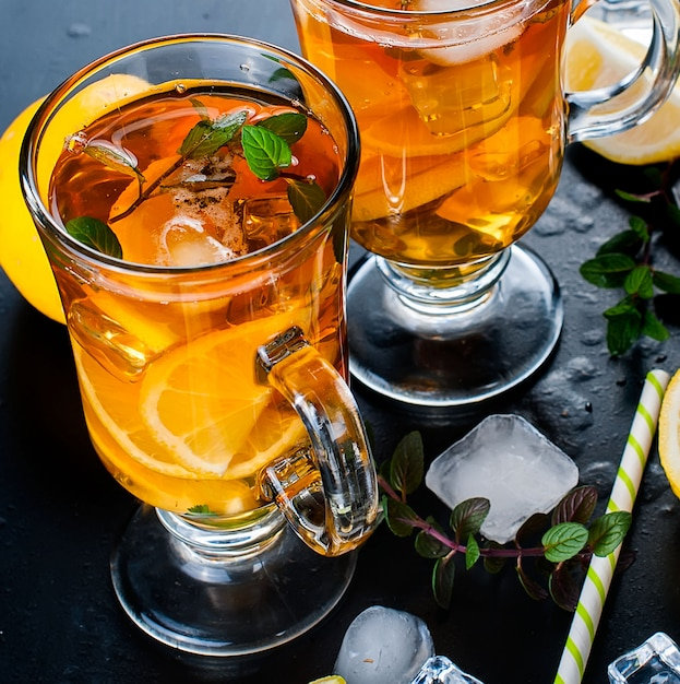Thé froid au citron, menthe et glace Photo Premium