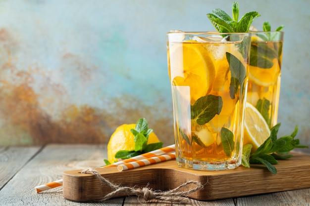 Thé glacé au citron et glace dans de grands verres. Photo Premium