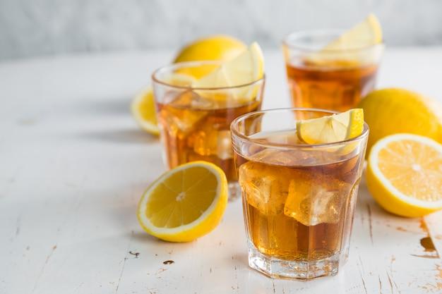 Thé glacé au citron et à la menthe Photo Premium
