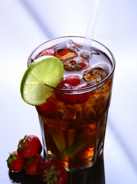 Thé glacé avec glace et fraises Photo gratuit