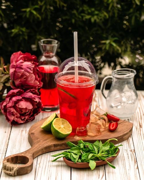 Thé Glacé Maison Fourré à Des Tranches De Citron Vert Photo gratuit