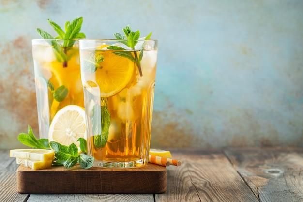 Thé glacé traditionnel au citron et glace. Photo Premium