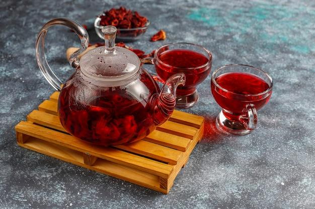 Thé à L'hibiscus Chaud Dans Une Tasse En Verre Et Théière En Verre. Photo gratuit