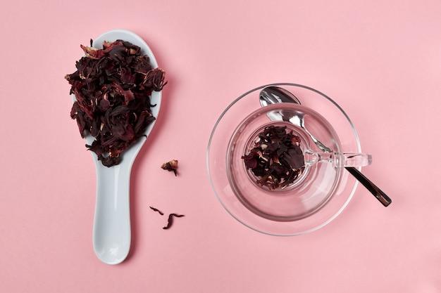 Thé d'hibiscus sec repose dans une cuillère Photo Premium