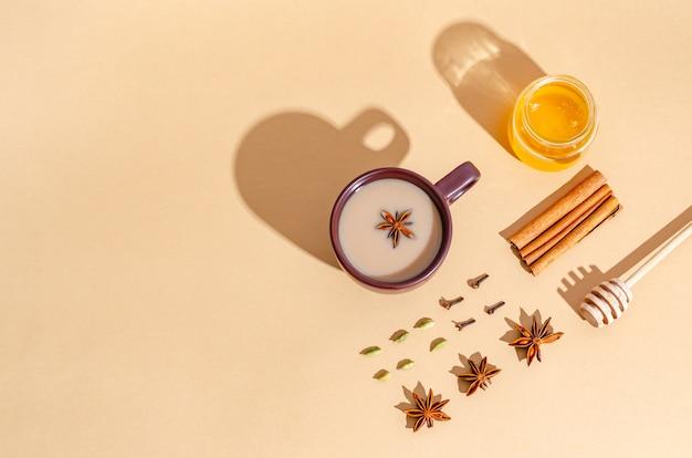 Thé Indien Traditionnel. Thé Masala Dans Une Tasse D'argile Sombre Avec Des Ingrédients, Des Ombres Dures Photo Premium