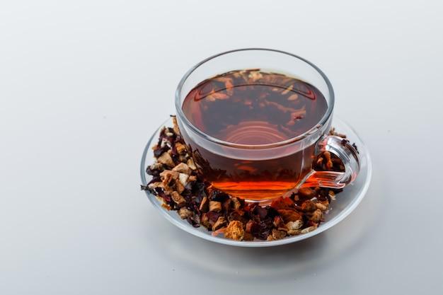 Thé Infusé Dans Une Tasse Avec Des Herbes Et Des Fruits Secs Photo gratuit