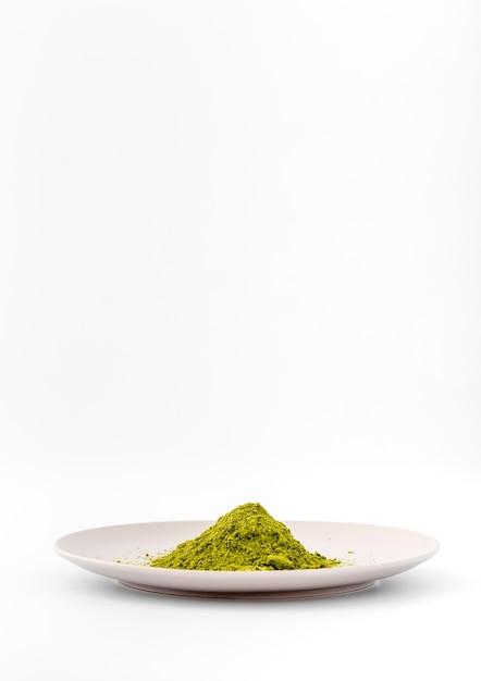 Thé matcha vue de face sur une assiette Photo gratuit