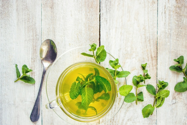 Thé à la menthe et au citron. mise au point sélective. Photo Premium