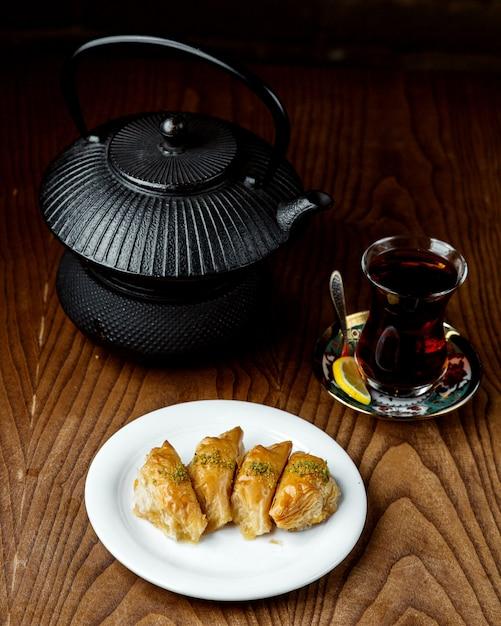 Thé Noir Au Pakhlava Turc Photo gratuit