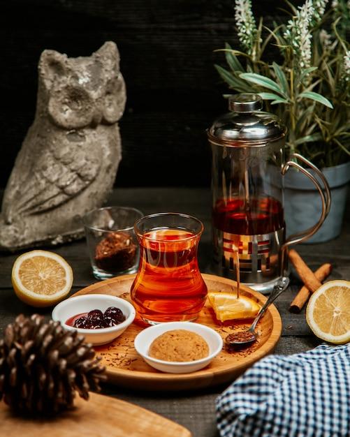 Thé noir avec biscuit et confiture Photo gratuit
