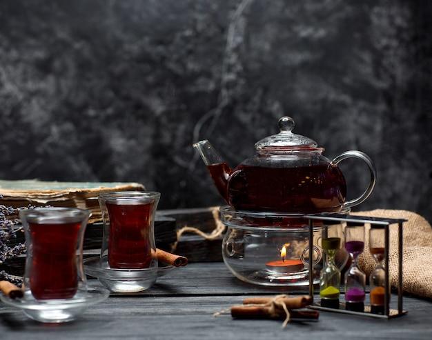 Thé noir à la cannelle sur la table Photo gratuit