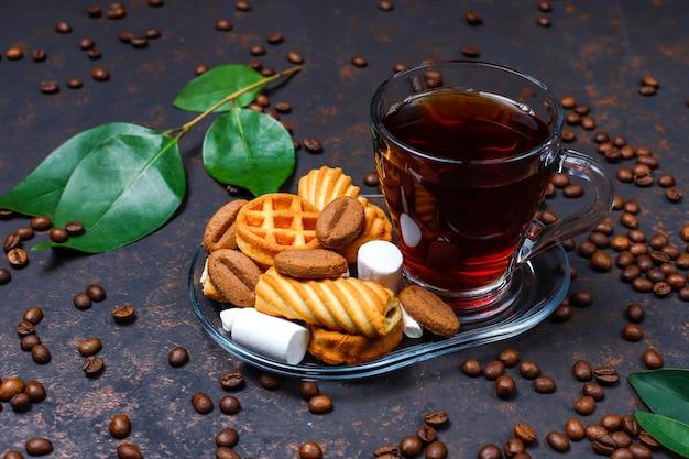 Thé Noir Dans Une Tasse En Verre Avec Des Bonbons Photo gratuit