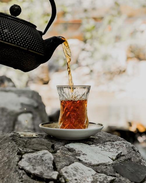 Thé noir servi dans un verre armudu traditionnel Photo gratuit