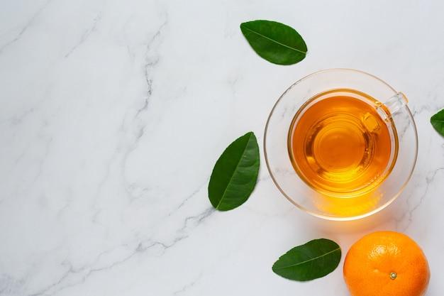 Thé à L'orange Chaud Et Orange Fraîche Sur La Table Photo gratuit