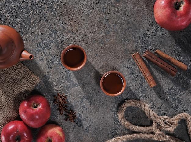 Thé, Pommes Et Cannelle Sur La Vue De Dessus De Table Photo Premium