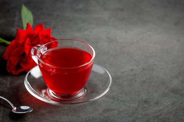 Thé Rose Chaud Sur Table Photo gratuit