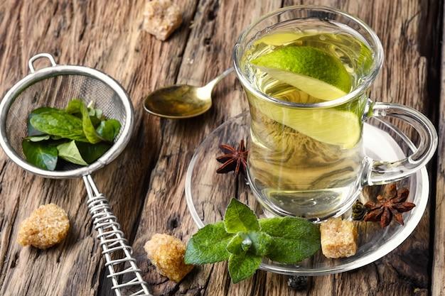 Thé.thé vert au citron vert, à la menthe et au sucre Photo Premium