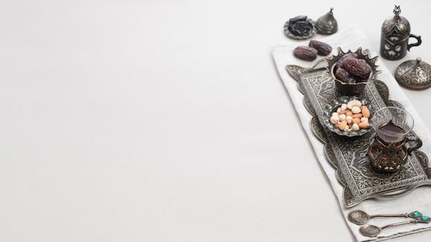 Thé turc en verre et date fruits pour le dessert sur un plateau oriental isolé sur fond blanc Photo gratuit