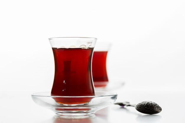 Thé turc en verre traditionnel isolé Photo Premium