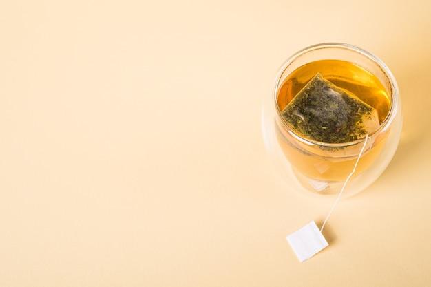 Thé Vert Chaud Dans Une Tasse En Verre à Double Paroi Avec Sachet De Thé Photo Premium