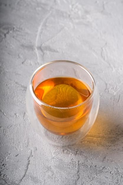 Thé Vert Chaud Dans Une Tasse En Verre à Double Paroi Sur Table Texturée Photo Premium